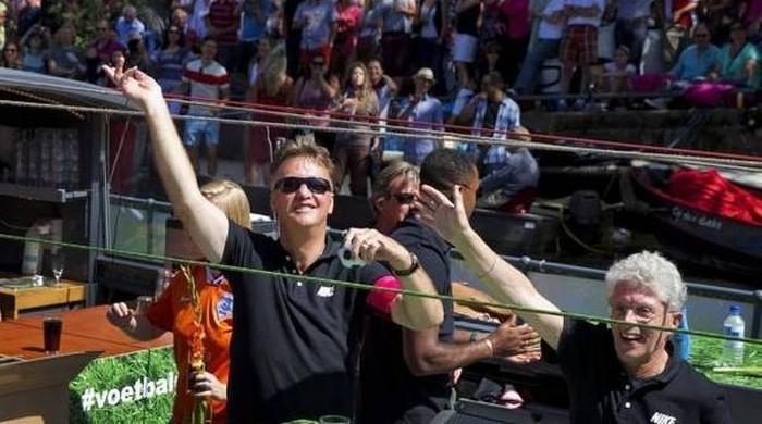 Клюйверт, ван Гал и Рональд де Бур приняли участие в гей-параде в Амстердаме