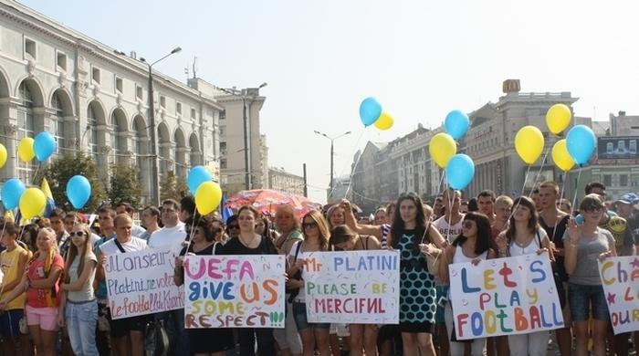 """10 тысяч человек поддержали """"Металлист"""" (+фото)"""