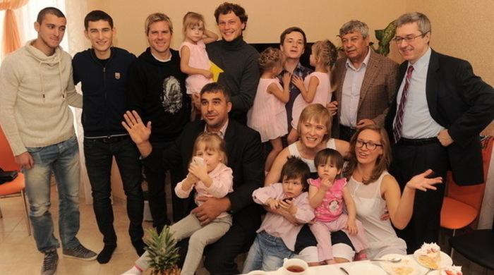 Мирча Луческу купил дом многодетной семье