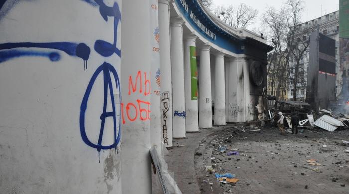 Памятник Лобановскому укрыли брезентом (Фото)