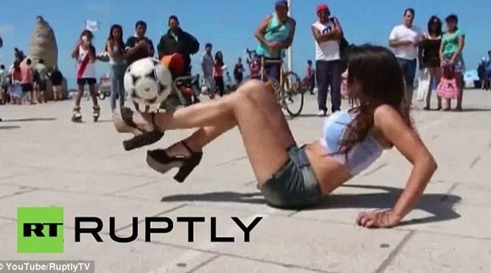 Аргентинская модель чеканит мяч в обуви на длинных каблуках (Видео)