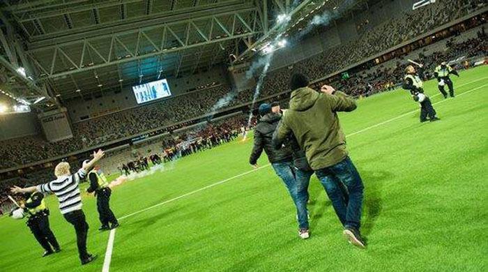 В Стокгольме фанаты сорвали матч (фото, видео)
