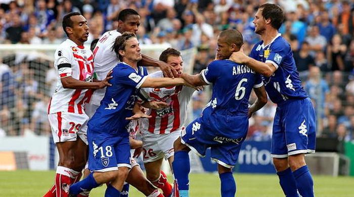 В матче чемпионата Франции было показано пять красных карточек