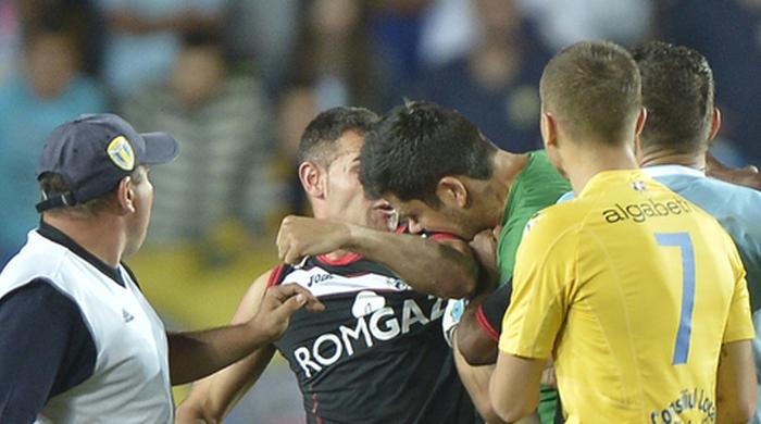По стопам Суареса: в матче чемпионата Румынии вратарь укусил нападающего соперников. Видео