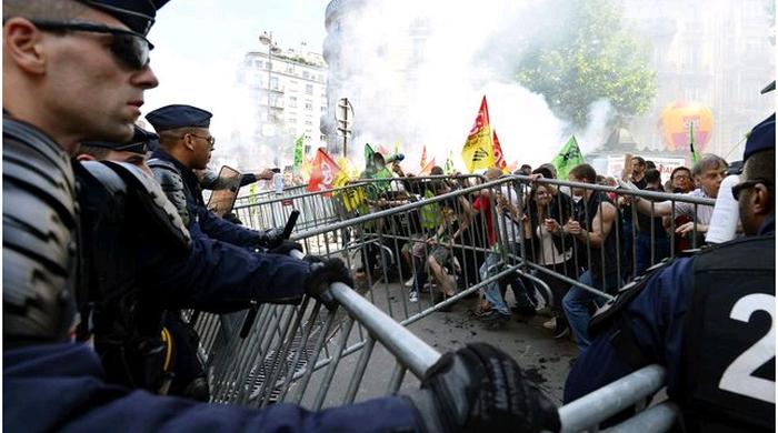 Демонстранты в Бразилии пытались перекрыть дорогу на стадион, где состоится матч-открытие ЧМ-2014 (+ фото)