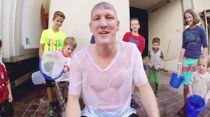 Дети окатили Швайнштайгера водой со льдом (Видео)