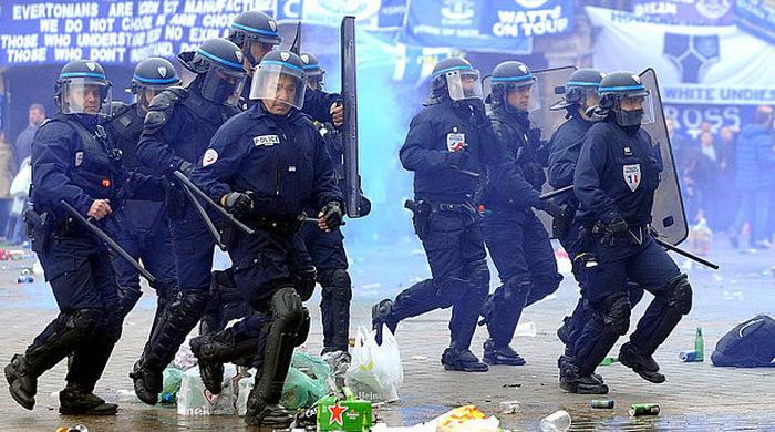 Французская полиция против английских болельщиков: в ход идет слезоточивый газ и пули