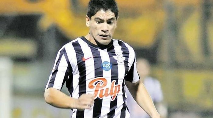 Курьезный промах южноамериканского футболиста (Видео)
