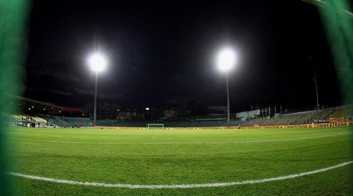 Дождь испортил газон стадиона в Люксембурге