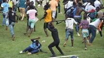 Африканский стиль: толпа болельщиков ивуарийской сборной выбежала на поле (Видео)