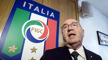 Президент федерации футбола Италии Карло Тавеккио покинул свой пост