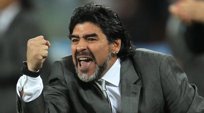 Диего Марадона едва не подрался с болельщиком в Мексике (Видео)
