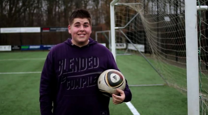 Сто килограмм веса не мешают бить не хуже Роналду (Видео)