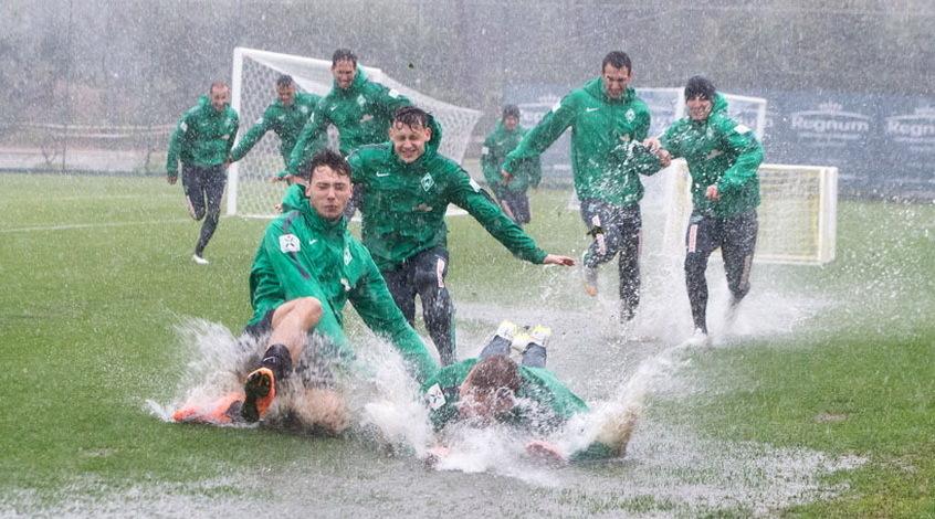 """Футболисты """"Вердера"""" купаются в грязи (Видео)"""