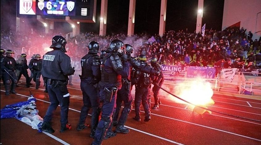 Во Франции болельщики подрались с полицией (Фото)