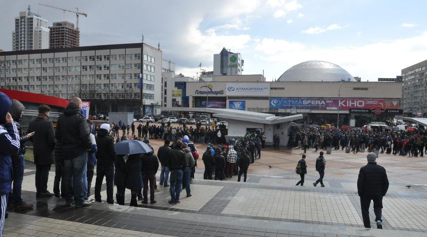 """Перед входом на НСК """"Олимпийский"""" поставили ограждения"""