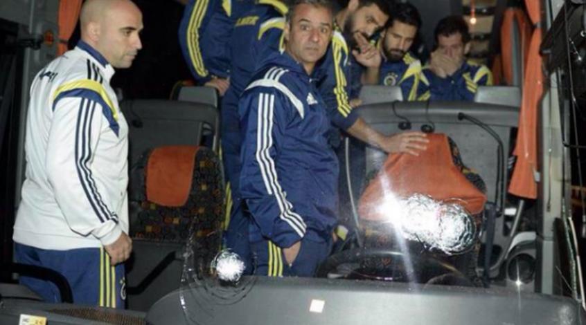 """Автобус """"Фенербахче"""" подвергся вооруженному нападению"""