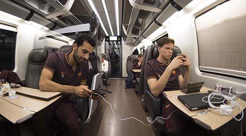 """Как игроки """"Ромы"""" коротают время во время поездки во Флоренцию"""