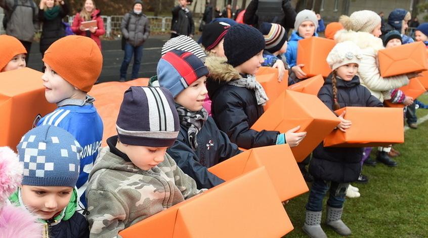 """""""Шахтер"""" поздравил с Новым годом детей-переселенцев (+Фото)"""