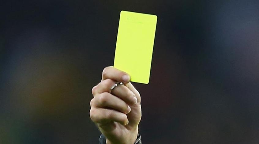 Игрок показал арбитру желтую карточку после столкновения с ним