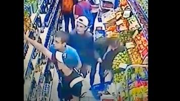 "Фанаты ""Металлиста"" избили охранника и ограбили супермаркет в Днепропетровске (Видео)"