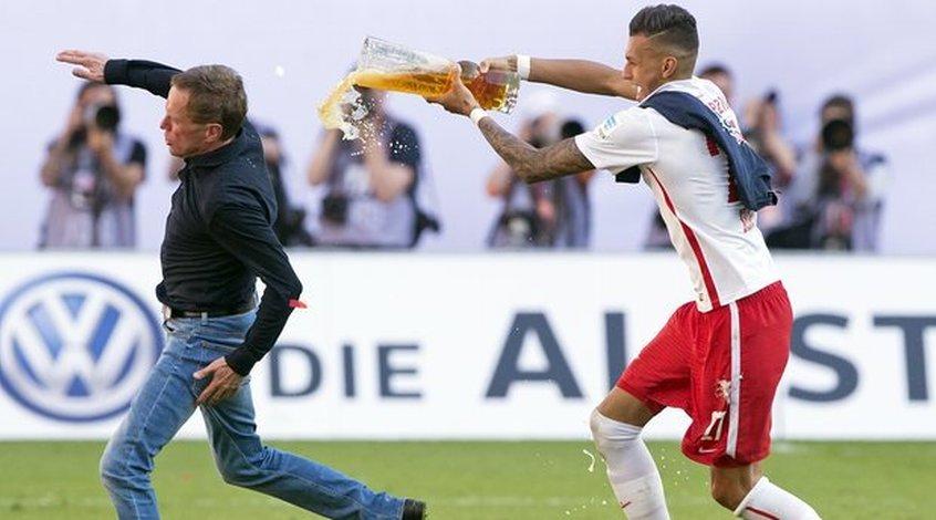 """Тренер """"Лейпцига"""" получил травму, празднуя выход своей команды в Бундеслигу"""