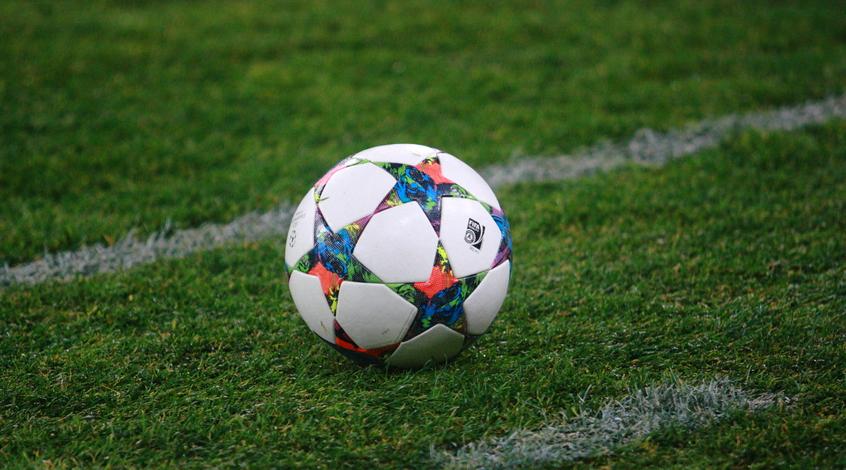 Как не нужно подавать футболистам мячи (Видео)