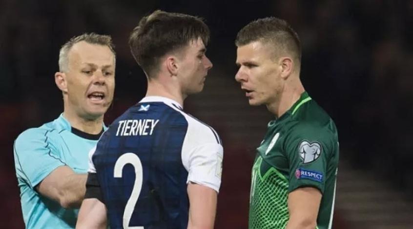 Как разбрызгиватель разогнал игроков сборной Словении перед игрой с Шотландией (Видео)