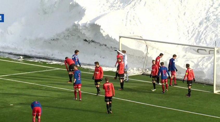В чемпионате Норвегии сыграли на фоне пятиметрового сугроба (Видео)