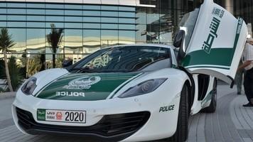 В ОАЭ во время матча на поле выехал автомобиль (Видео)