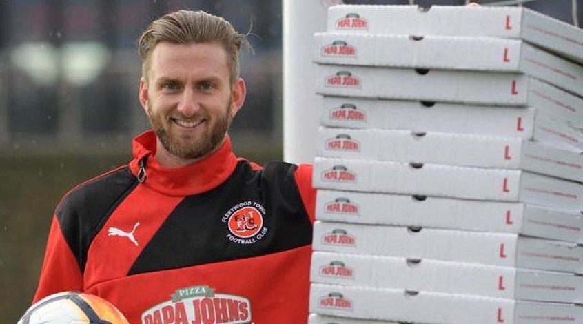 """Голкипер """"Флитвуд Таун"""" получит годовой запас пиццы за сухой матч с """"Лестером"""""""