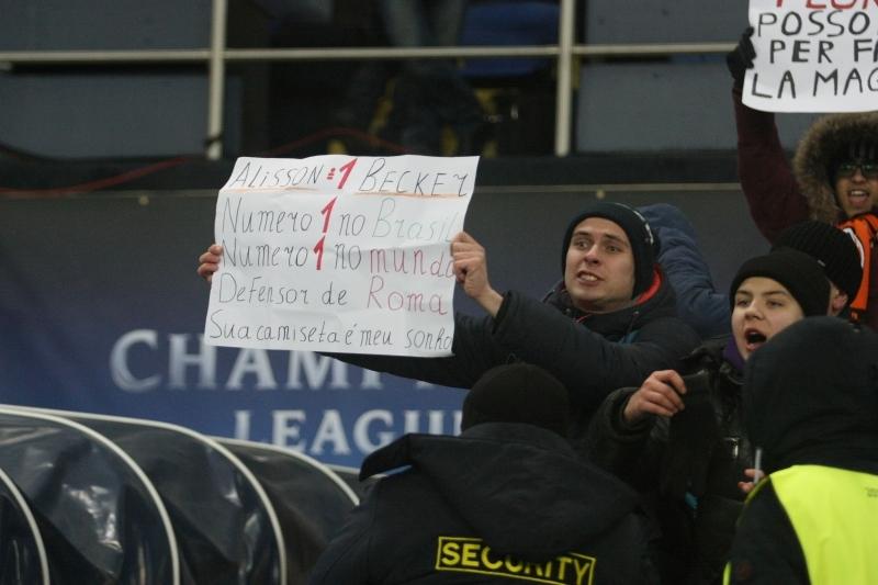 """Голкипер """"Ромы"""" Алиссон подарил футболку фанату в Харькове (+Фото) - изображение 1"""