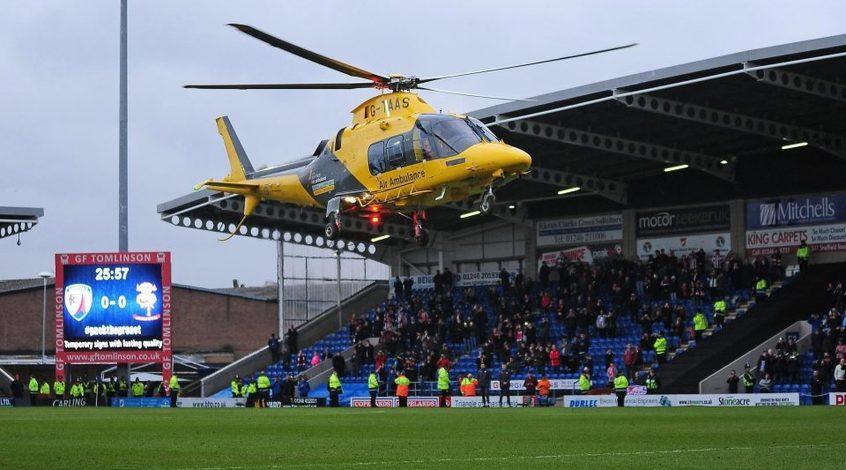 В Англии фаната спасли медики, прибывшие на поле арены на вертолете (+Видео)