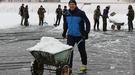 """Як луцький стадіон """"Авангард"""" звільняли від снігового полону (Фото)"""