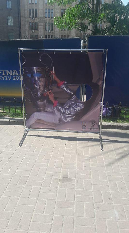 В Киеве установили стебный коллаж с Павелко, Лизой Чаус и Кубком чемпионов (Фото) - изображение 2