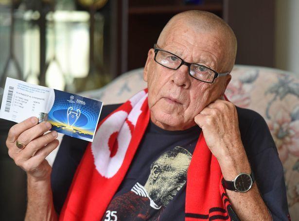 """75-летний болельщик """"Ливерпуля"""" расплакался из-за отмены авиарейса в Киев - изображение 1"""