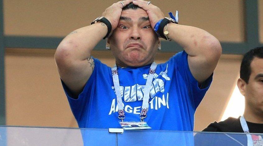 В ФИФА раскритиковали Марадону за средние пальцы на матче с Нигерией