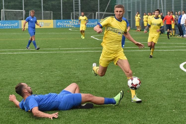 Збірна ФФУ в серії пенальті перемогла збірну спортивних журналістів: представник FootBoom не схибив - изображение 1