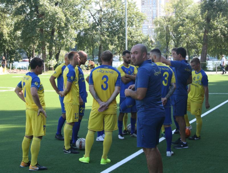 Лабутены, мячи, улыбки: перед мини-футбольным Евро-2018 в Киеве открыли тренировочное поле (Фото) - изображение 1