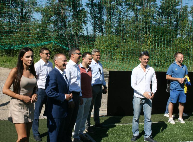 Лабутены, мячи, улыбки: перед мини-футбольным Евро-2018 в Киеве открыли тренировочное поле (Фото) - изображение 8