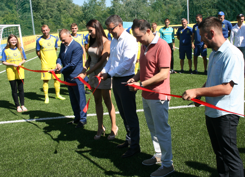 Лабутены, мячи, улыбки: перед мини-футбольным Евро-2018 в Киеве открыли тренировочное поле (Фото) - изображение 10