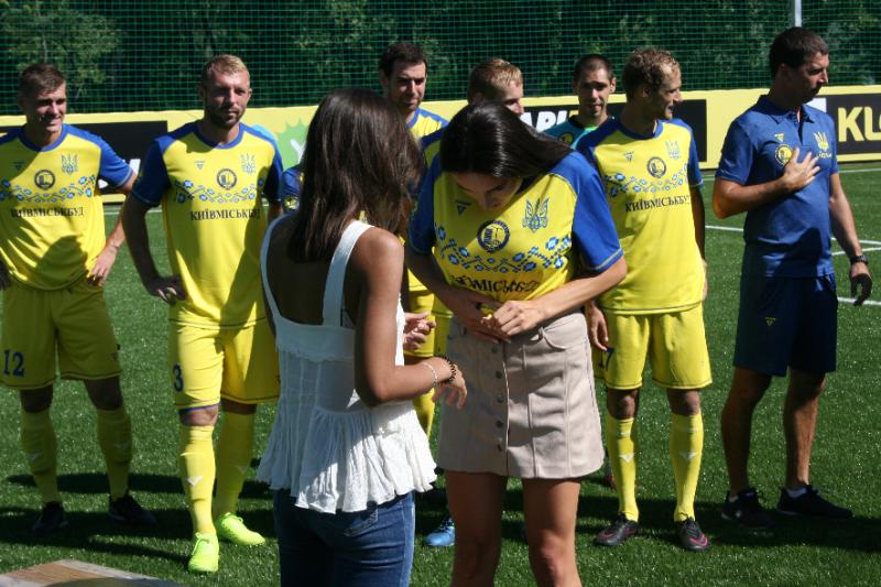 Лабутены, мячи, улыбки: перед мини-футбольным Евро-2018 в Киеве открыли тренировочное поле (Фото) - изображение 11