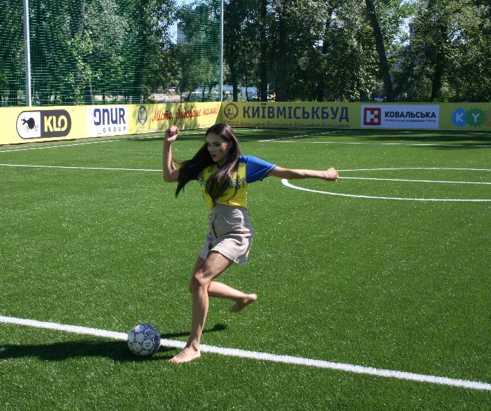 Лабутены, мячи, улыбки: перед мини-футбольным Евро-2018 в Киеве открыли тренировочное поле (Фото) - изображение 13