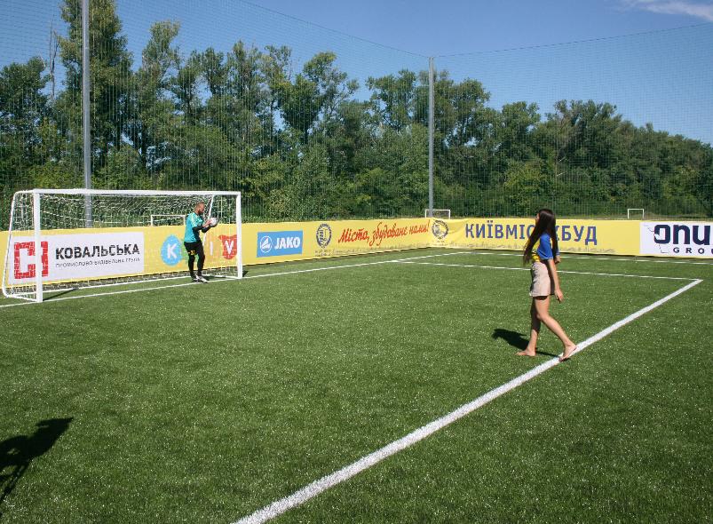 Лабутены, мячи, улыбки: перед мини-футбольным Евро-2018 в Киеве открыли тренировочное поле (Фото) - изображение 14