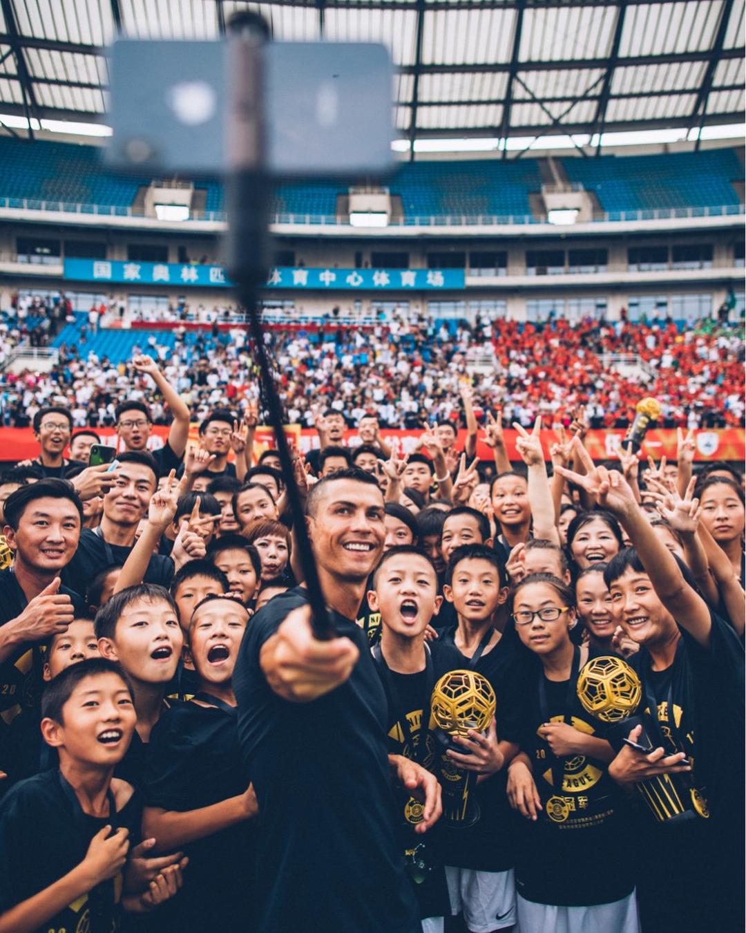 Фото дня: Криштиану Роналду делает селфи с десятками китайских поклонников - изображение 1