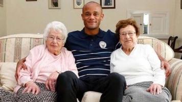 """""""Манчестер Сити"""" на поле вывели необычные маскоты: 102-летняя бабушка и ее сестра"""