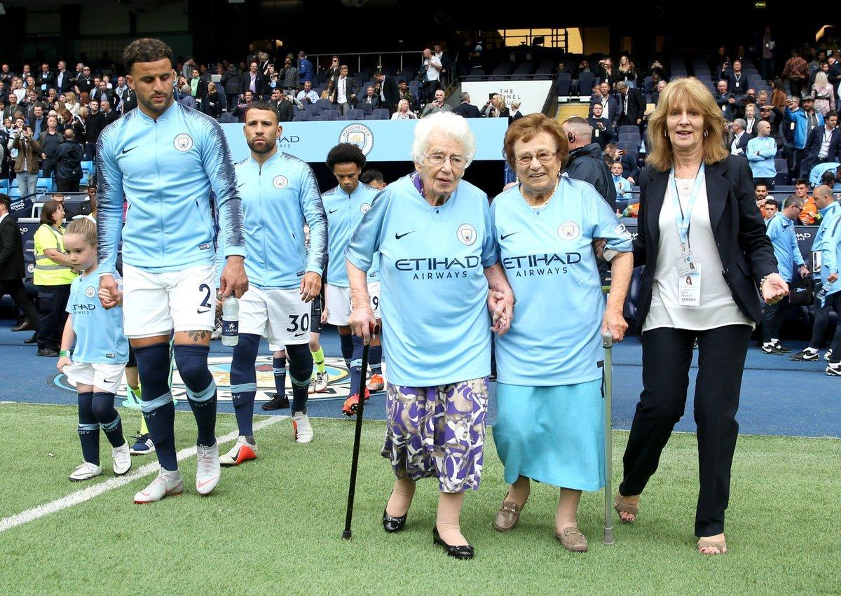 """""""Манчестер Сити"""" на поле вывели необычные маскоты: 102-летняя бабушка и ее сестра - изображение 1"""