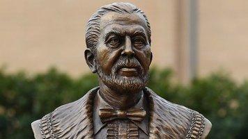 """На """"Энфилде"""" установили памятник основателю """"Ливерпуля"""" Джону Хулдингу"""
