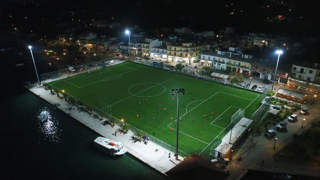 Фото дня: футбольное поле на берегу моря - изображение 1