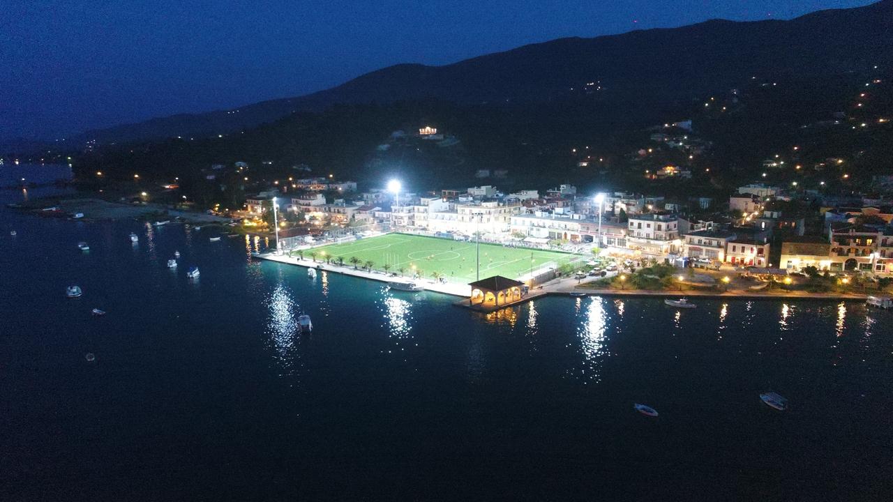 Фото дня: футбольное поле на берегу моря - изображение 2